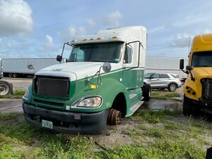 2005 FREIGHTLINER COLUMBIA TRACTOR - VIN #1FUBA5AV95LN43004 - WHITE / GREEN - SLEEPER CAB - MILES UNKNOWN (NO BATTERY / NO KEYS / NO PASSENGER AIRBAG / MISSING 2 TIRES) (LOCATED IN DAVIE, FL) (T-NK-R6)