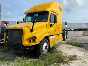 2011 FREIGHTLINER CASCADIA TRACTOR - VIN #1FUJGLDRXCSBD2323 - YELLOW - SLEEPER CAB - DETROIT DD15 ENGINE - MILES UNKNOWN (NO KEYS / NO HEADLIGHTS / NO GRILL / NO BUMPER) (LOCATED IN DAVIE, FL) (T-NK-R3)