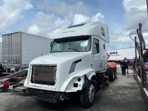 2005 VOLVO TRACTOR - VIN #4V4NC9EH8GN933954 - WHITE - SLEEPER CAB - D13 ENGINE / 455HP - MILES UNKNOWN (NO KEYS / NO BATTERIES / NO SEATS / NO DASHBOARD / BODY ISSUES) (LOCATED IN DAVIE, FL) (T-NK-R6)