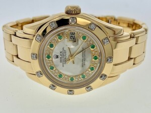 ROLEX PEARLMASTER DATEJUST 69318 LADIES WATCH - 29 MM - 18K YELLOW GOLD CASE - 18K YELLOW GOLD PEARLMASTER BRACELET - ORIGINAL MOTHER OF PEARL DIAL WITH DECORATED EMERALD & DIAMOND CONCENTRIC RING & HOUR MARKERS / GOLD HOUR HANDS / DATE AT 3 O'CLOCK - ORI