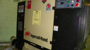 INGERSOLL RAND COMPRESSOR WITH 22069157 DRYER - 100 GALLON TANK / 20HP / 60HZ / 6,110 HOURS- DRYER SERIAL No. 2943840004